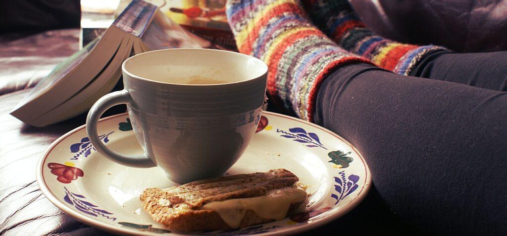Den gule kundetype elsker hygge og selvforkælelse, derfor er hjemmestrikkede sokker, en god bog og en kop varm te opskriften på det gode liv